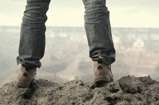 male_feet_standing_on_edge_of